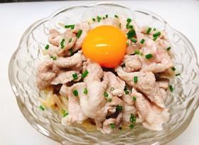 納豆と豚こまの冷しゃぶ風〜卵黄のせ〜