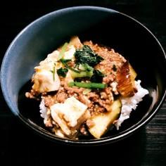 びっくりグリーンカレー味麻婆茄子豆腐丼