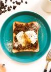 半熟卵とキーマカレーのトースト