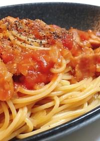 ウインナーとベーコンのトマトソースパスタ