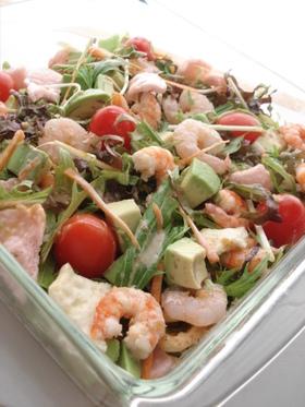 海老とアボカドのサクサクおせんべいサラダ