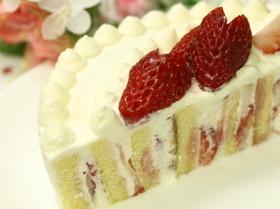 市販ロールケーキで本格的イチゴケーキ