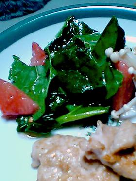 切る+混ぜる=トマトとほうれん草のサラダ