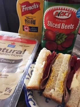 ローストビーフとビーツのサンドイッチ