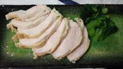 簡単美味・サラダチキンと茹でタアサイ添えの写真