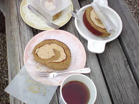 モカロール(コーヒー風味ロールケーキ)