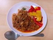 トマトミートとパプリカのガパオ風ライスの写真