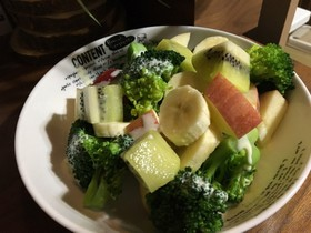 ブロッコリーとフルーツのサラダ