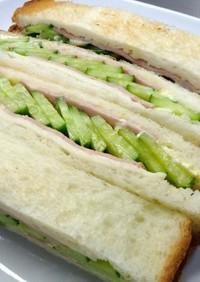キュウリ多目なサンドイッチ