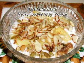 グラノーラ風ナッツと蜂蜜のヨーグルト