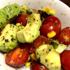 アボカド、トマト、コーンの彩りサラダ
