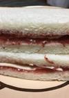 イチゴジャムとチーズのサンドイッチ
