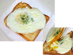 半熟卵がくっ付いちゃった♡目玉焼トースト