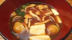 簡単絶品・なめこと豆腐の赤だし味噌汁