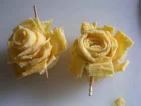 薄焼き卵のバラ(キャラ弁おかず)