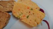 ピーマンと人参が入ったチーズ米粉パンの写真