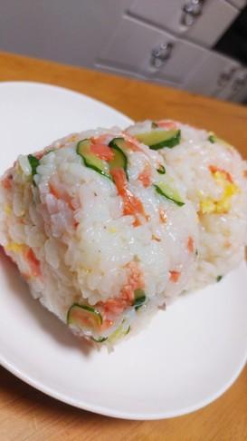 おかずおにぎり⭐鮭、卵、胡瓜の混ぜご飯で