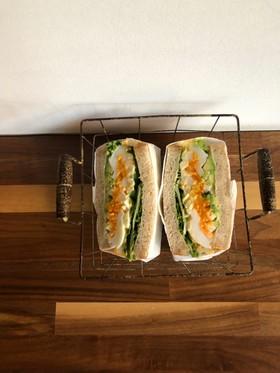 たまごとアボカドのサンドイッチ
