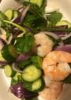 ルッコラと紫玉ねぎとエビのサラダ