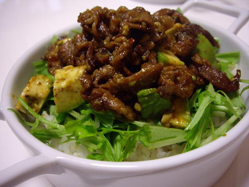 ピリ辛豚バラ肉とアボカドの丼ぶり