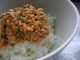 納豆としらすのピリ辛丼