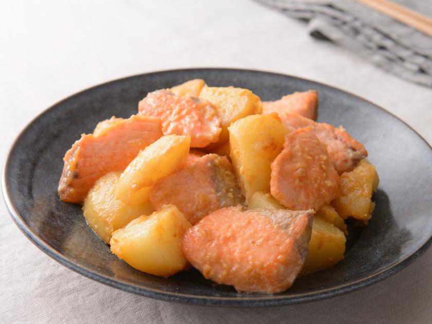 鮭とじゃがいもの味噌マヨ炒め