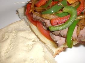 炒め野菜とローストビーフのサンドイッチ