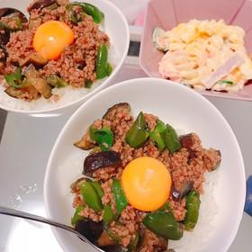 ピーマンとナスの肉味噌丼♡