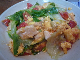 鶏、玉子、トマト、レタスの炒め物