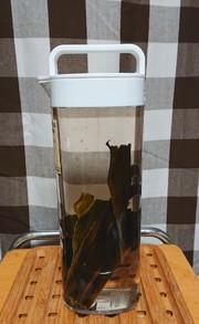 冷水ポットで作る昆布だしの写真