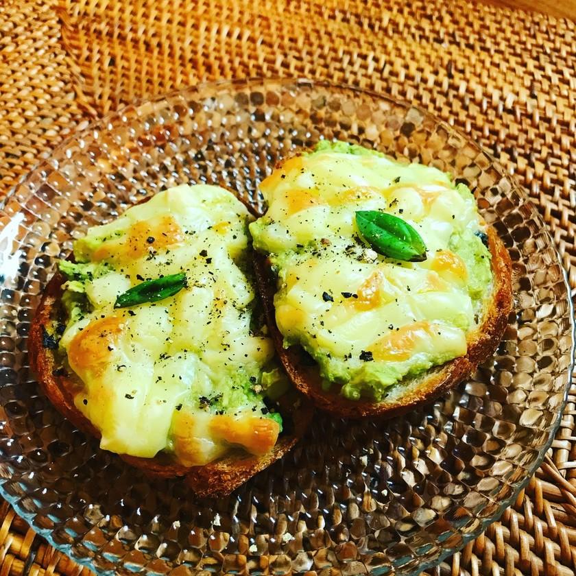 アボガドとチーズのオープンサンド