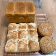 角食1.5斤パンと焼きカレーパンとバンズの写真
