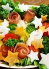 グラタン皿に、クリスマス風のサラダ