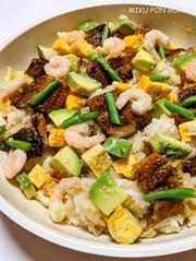 穴子と塩麹アボカドのちらし寿司の写真