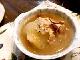 丸ごと新玉葱のスープ とろけるチーズかけ