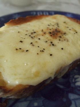 シンプル☆チーズと胡椒のウマトースト♪
