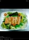 旬の野菜と一緒に炙りサーモンのサラダ仕立