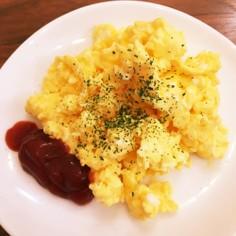 ホテル朝食のスクランブルエッグ