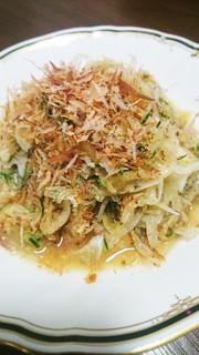 新玉ねぎの簡単サラダの写真