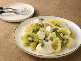 モッツァレラチーズとキウイのサラダ