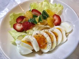 うま塩しみしみ半熟茹玉子とフルーツサラダ