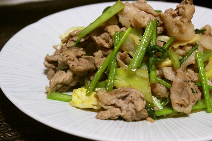 ご飯がすすむ♪カブの葉と豚肉の胡椒炒め
