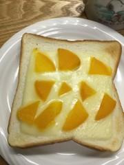 たくあんをのせたチーズトーストの写真