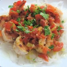 トマトソースでエビと新玉ねぎのサラダ