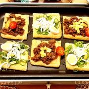 ホットプレートで簡単!うす揚げピザ♡の写真