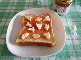 朝食に簡単♪ジャムパン&キャンディチーズ