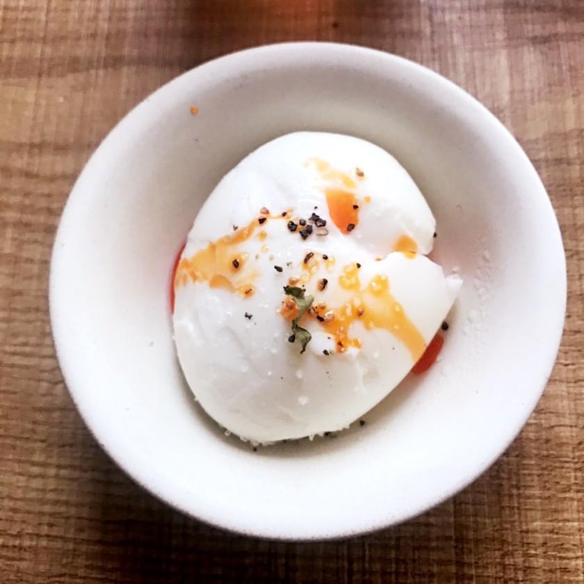 ゆで卵にラー油とハーブ塩