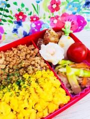 二色丼とたけのこ炒めの彩りお弁当♡の写真