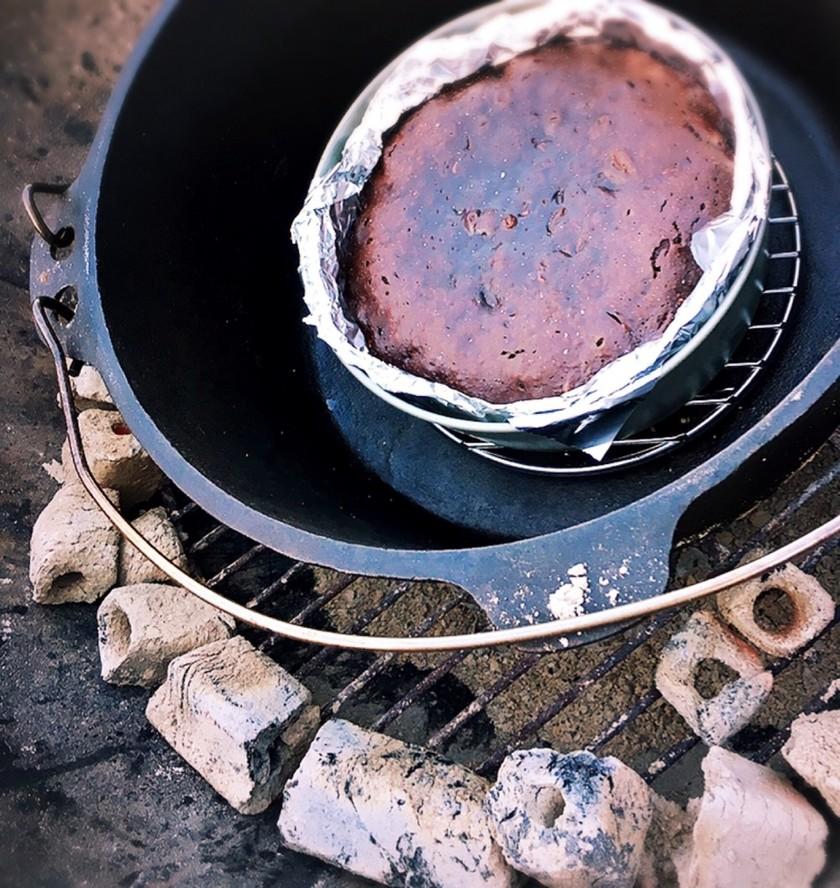 アウトドア ダッチオーブンでチョコケーキ