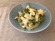 エンドウ豆と新玉ねぎの卵とじの写真